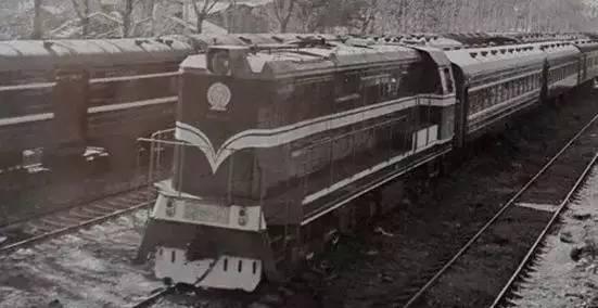1976年,唐山机车车辆工厂,生产东风5型内燃机车