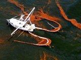 一艘捕虾船正在收集附近水域的石油