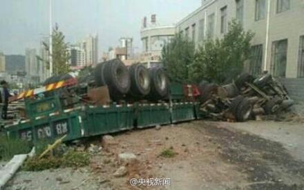 河北张家口一辆大货车冲上公交站台 或有人伤亡