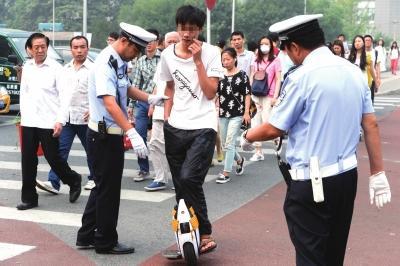 北京交警查处滑板车上路:有事故挫伤骑行者脸部