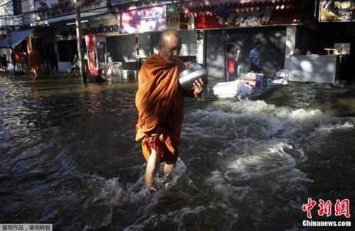 曼谷水灾持续海军待命疏散 民众抛售黄金换现钞