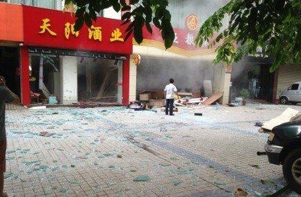 海口酒行发生爆炸两人受伤 玻璃碎片炸飞50米外