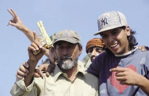 """卡扎菲被俘伤重身亡 被捕时高呼""""不要开枪"""""""