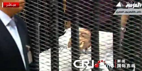 埃及前总统穆巴拉克躺在铁笼中接受审判(图)