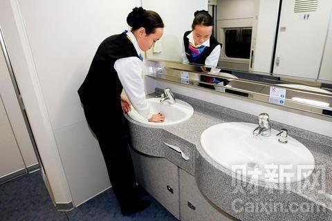 2008年12月21日,列车员在打扫卫生。当日21时39分,D301次CRH2型大编组卧铺动车组从北京首发前往上海。邢广利/新华社