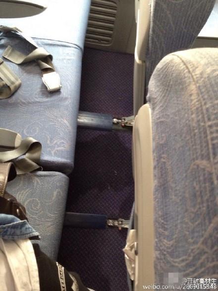 飞机即将降落 女孩奶奶让孩子飞机地板上小便