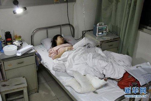 南昌20余名农民工齐力抬车救下车祸被压女孩