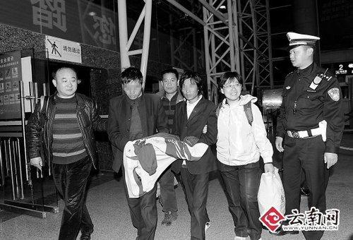 拐卖小玉的两名犯罪嫌疑人被带上火车押往河北
