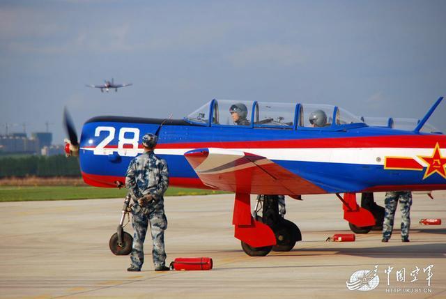 中国海军首批双学籍飞行学员完成首次初教机单飞