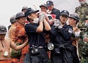 2008年,深圳特警在什邡红白镇救助负伤的群众
