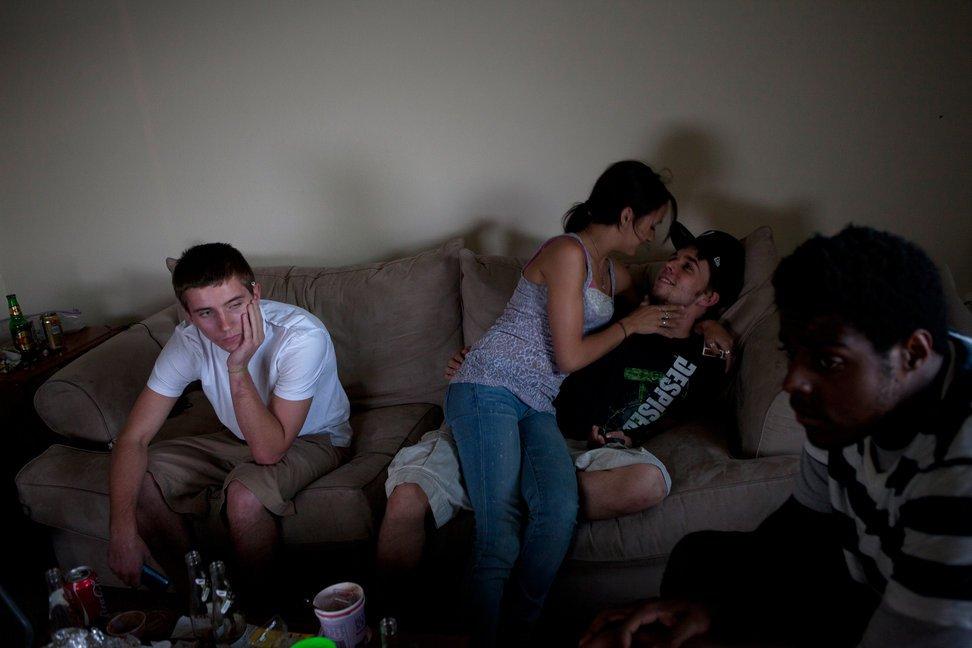 当地时间2010年10月20日,美国德克萨斯州奥斯汀,Olivia LaTorre(中)与男友接吻,朋友们聚集在她男友家玩耍。