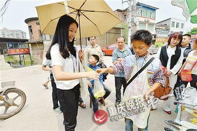 不少大学生及周围居民经常专门绕道来买他的饼。
