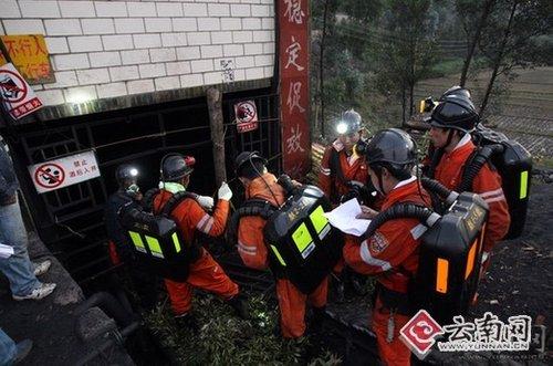 救援人员搜寻巷井角落