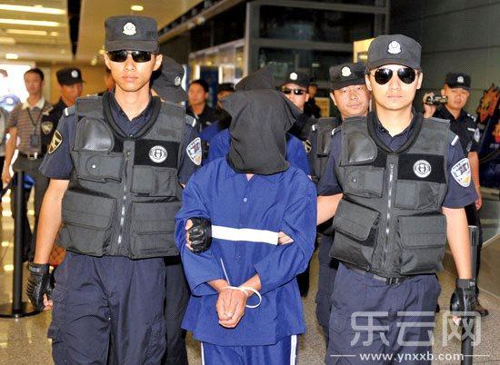 10日,中国警方在长水机场押解特大跨国贩毒案犯罪嫌疑人。新华社发