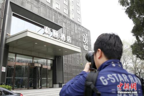 """媒体记者关注北京""""和颐酒店女生遇袭""""事件。 图片来源:视觉中国"""