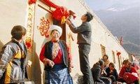 虎年地震灾区群众在贴春联