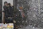 实拍日本地震引发办公楼内剧烈摇晃