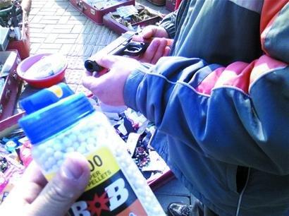 青岛街头小贩叫卖仿真手枪 50元一把送子弹(图