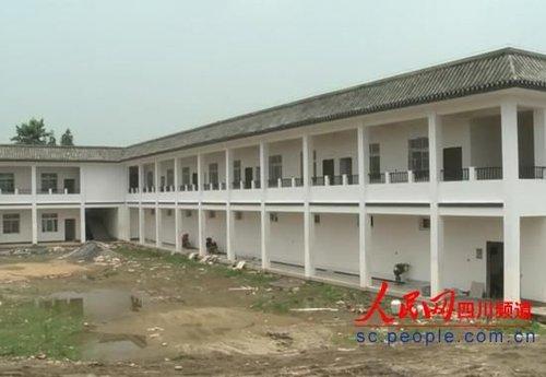 在建的曙光村村委会大楼是一幢三面合围的建筑,分上下两层。