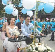 小伙骑行恋上女友 组织150辆单车队伍迎亲(图)