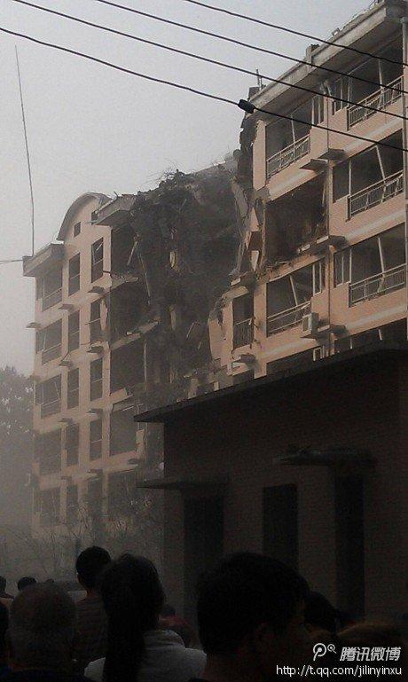 河北保定一居民楼发生爆炸致楼体垮塌 伤亡不明
