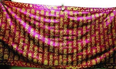 紫衣袈裟上有133条五爪金龙盘旋。