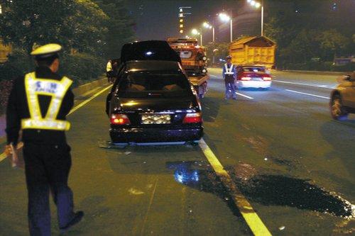 记者拍疑似军车肇事遭4名男子暴打 交警旁观 - 百克网—小陆 - 美容进修班小露BLOG