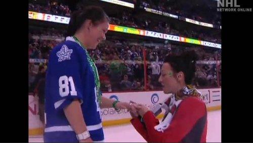 加拿大冰球场上演感人一幕 女同性恋浪漫求婚