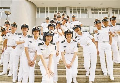 海军首批20名舰艇指挥专业女学员毕业 获赠佩剑