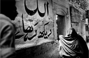 巴基斯坦边境城市白沙瓦集市上的塔利班标志