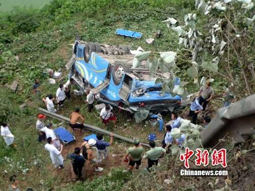 车祸现场正在展开救援。作 者:陈英