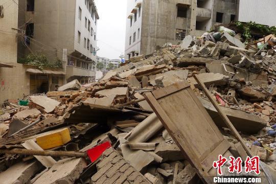贵州一居民楼垮塌无伤亡 夫妇发现裂缝挨家呼喊