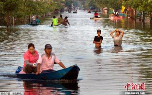 泰洪水逼近曼谷中心商业区 英拉宅邸受威胁(图)