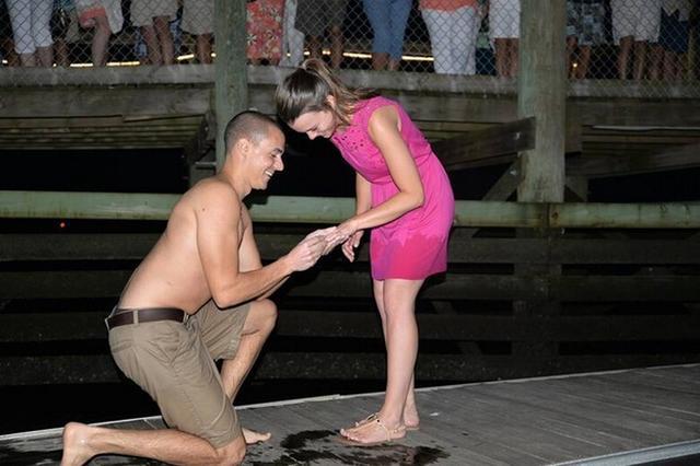 男子求婚戒指掉大海 陌生人相助失而复得