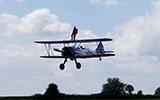英国91岁老人爬上机翼飞百米高空 创造纪录
