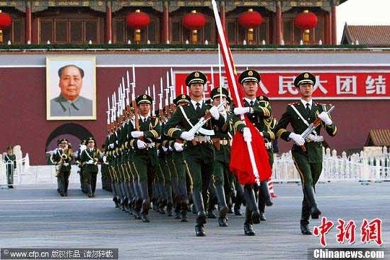 胡锦涛等九常委向人民英雄纪念碑敬献花篮