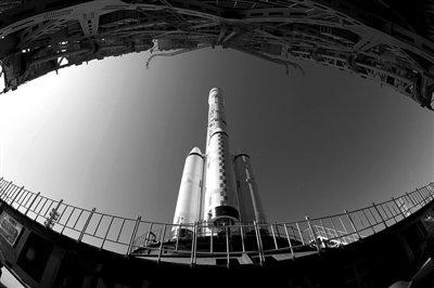 20日,甘肃酒泉卫星发射中心,天宫一号目标飞行器、长征二号F运载火箭组合体顺利转运至发射区。海晗 摄