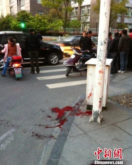 杭州街头发生持械群殴一人丧生现场散落大量凶器