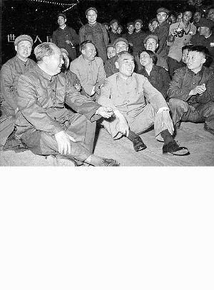 1966年10月1日毛主席和周总理席地坐在广场上