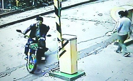 男子扶摔倒老翁回家 摩托车被人盗走(图)
