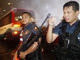 警察和特种部队强攻巴士后保护现场