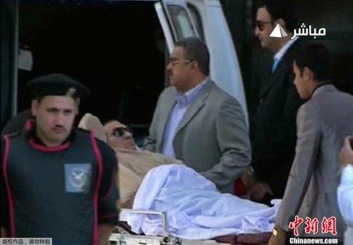 埃及法院6月2日对前总统穆巴拉克被控下令武力镇压示威者案做出判决。大法官艾哈迈德·里法特Ahmed Rifaat宣布,穆巴拉克被判终身监禁。图为穆巴拉克乘坐直升机从军方医院抵达开罗警察学院,转乘救护车抵达法庭外。(视频截图)