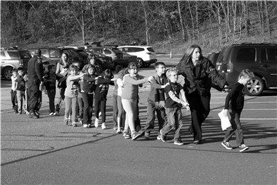 美校园枪案现场:老师以身挡子弹救学生遭枪杀