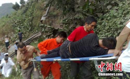 一名伤者被救出。作者:陈英