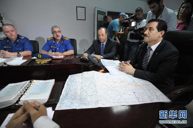 阿尔及利亚交通部长开会讨论失联客机搜救事宜(组图)