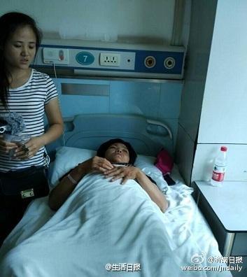 济南市民与超市收银员起冲突 出门后全家被围殴