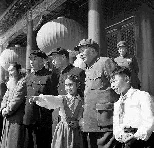 1953年10月1日毛主席与献花的少年先锋队员在天安门检阅台上