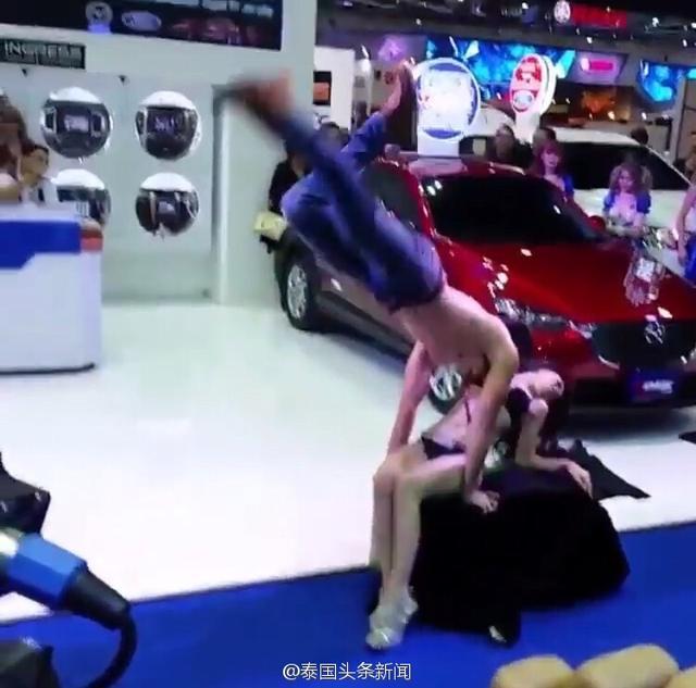 泰国车模在车展上表演太火辣 已经是收到警局的传票