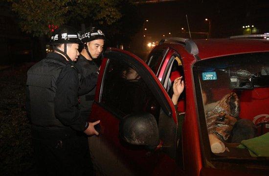 11月16日晚上,湖南省娄底市公安局巡特警支队巡逻大队民警在各个交通路口设卡检查。