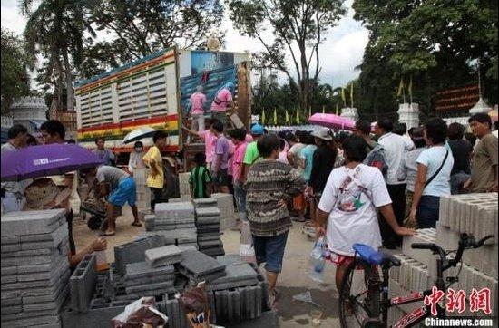 泰国曼谷官员称水灾地区粮食供应不足(图)